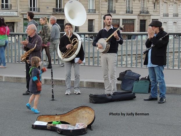 Street musicians in the Ile de la Cite